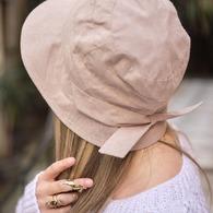 >> #Focus #Chapeau Madame #Collectioncapsule << On profite de ce début de journée pluvieux pour parler chapeau 😅 (bah oui on ne fait jamais rien comme tout le monde car on préfère cultiver nos différences 😜) pour vous faire un petit #zoom sur notre nouveautété du mois d'Avril qui a cartonné, cette petite #perle dont sa forme originale a vraiment fait son effet 😏 . Notre petit chapeau #Madame qui se porte avec le #noeud devant ou derrière en 100% coton beige doublé de notre wonder doublure thermoregulante et anti-UV, à comblé vos petits #coeurs et vos jolies têtes, on à eu tout plein de jolis messages à son sujet... D'ailleurs, il est déjà presque #OutOfStock ! C'est fou !! Si on avait su on en aurait fabriqué + 😜 Mais, chez nous c'est toujours en #quantitélimitée pour éviter le sur-plus de production dont la planète n'a pas besoin 😇 Du coup, si vous voulez dénicher le votre avant qu'il ne soit trop tard, c'est sur notre lien en bio que ça se passe 👀 Des Bisous X 1(.)(.)👒 #Chapeau Madame 📷 @Ilandehe 👸 #FrangeReverse méché Diane 💍 @annelisemichelson
