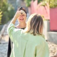 #Newcollection #J-1 #Capsule 👀 Aperçu : Julie en train de coiffer la #frange Brigitte d'Isabelle (et surement entrain de lui raconter une blague graveleuse vu le #sourire de celle-ci). Mais la question que tout le monde se pose, QUEL EST CE MERVEILLEUX BONNET QU'ELLE PORTE SUR SA TÊTE ??? 😱 😱 😍 (et c'est quoi la blague de Julie... 🙈)La réponse demain à 12h05... XOXO - Les GossiFranjynes 🙊👩 Frange Brigitte 👳 #Bonnet 😜 👔 @heimstone 📷 @Ilandehe 😃 Isa(trop)belle