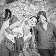 🍁 #Teaser #capsule is coming 🍁 Le temps est bon, le ciel est bleu, c'est #septembre et c'est notre période préféréeeee ! ☀️🌾🌝💨 On peut profiter de tout sans suer ni avoir froid ! Plage, soleil, balade en montagne, apéros entre #copines, Pis regarder le couché de soleil au frais aussi , et ça c'est vraiment la dolce vita 😛 . D'ailleurs c'est ce que font nos deux franjypoulettes Nana et Romane ici présente, elle sont meilleures amies depuis leur plus tendre enfance (genre la maternelle), et maintenant elles sont même #collègues de bureau ! Oui, Romane a été en contrat étudiant chez nous tout l'été et plus encore 😎 . C'est donc avec cette bonne humeur et cette ambiance amicale que nous fabriquons et créons les nouveautés des Franjynes tous les mois, et c'est sans doute grâce à ces bonnes ondes qu'elles sont si cool 😜 💚📷 @Ilandehe